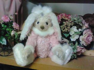 ウサギの帽子をかぶったくま